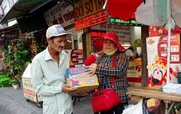 Những thùng mì ấm áp tình người cho người bán vé số dạo trước ngày dừng phát hành vé số
