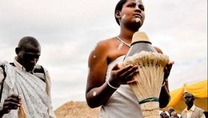 Chuyện lạ về tục đa phu ở Nepal và kiểm tra trinh tiết chú rể ở Uganda