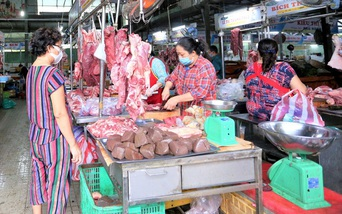 Hình ảnh người Đà Nẵng ngày đầu tiên áp dụng Thẻ vào chợ