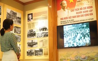 Xúc động khi xem gần 100 bức ảnh tư liệu về Người sáng lập Nhà nước Việt Nam Dân chủ Cộng hòa