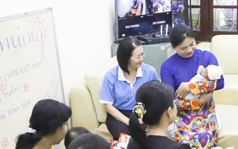 Lãnh đạo Hội LHPN Việt Nam tặng quà Trung thu cho Ngôi nhà Bình yên