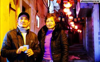 Hàng trăm đèn lồng đỏ mang không khí Tết đến sớm với con ngõ nhỏ ở Hà Nội