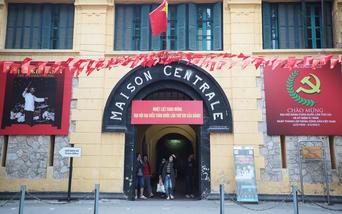 Phố phường Hà Nội trang hoàng rực rỡ chào mừng Đại hội lần thứ XIII của Đảng