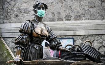 Các bức tượng nổi tiếng cũng phải... đeo khẩu trang phòng dịch Covid-19
