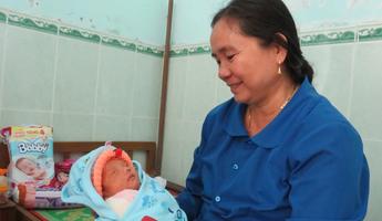 Những phụ nữ tận tâm chăm sóc người già, trẻ em kém may mắn