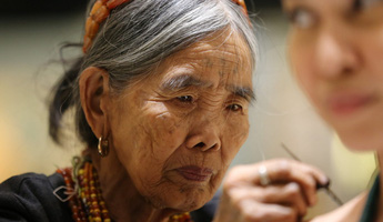 Người phụ nữ đầu tiên của bộ tộc Kalinga được truyền nghề xăm