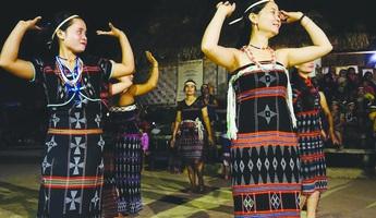 Về Ta Lang  xem vũ điệu dâng trời