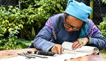 Bảo tồn, phát huy nghệ thuật trang trí trên trang phục của phụ nữ Mông Hoa ở Bắc Hà