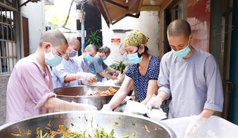 Chung sức nấu 20.000 suất ăn chia sẻ với những hoàn cảnh khó khăn