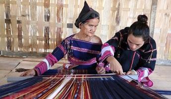 Phụ nữ Ba Na tâm huyết gìn giữ nghề dệt thổ cẩm
