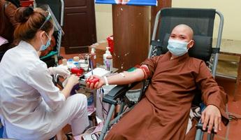 Tăng, ni và phật tử hiến máu vì miền Nam ruột thịt