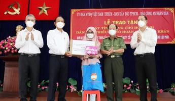 Trao 100 máy tính bảng cho học sinh dân tộc Chăm và Khmer có hoàn cảnh khó khăn