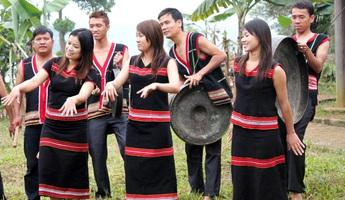 """Độc đáo lễ hội """"ăn than"""" của người Giẻ Triêng"""