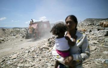 Rác - nguồn sinh kế của trẻ em nghèo Venezuela