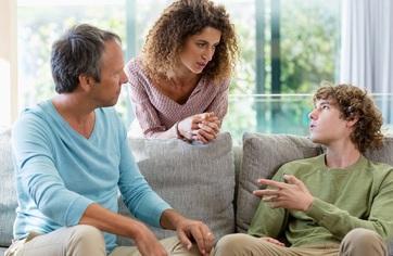 Con trai 17 tuổi bỗng quát lại bố, đập phá đồ đạc trong nhà