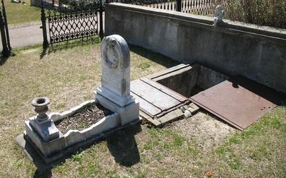 Lối nhỏ đặc biệt sát phần mộ 149 năm tuổi khiến dân tình tò mò