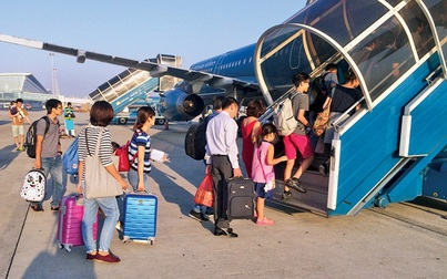Ném điện thoại vào tiếp viên, tự ý lấy áo phao, 3 hành khách bị cấm bay 1 năm