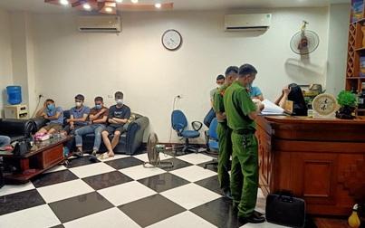 Hà Nam: Bất chấp dịch bệnh, quán karaoke vẫn phục vụ 20 khách hát