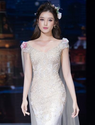Á hậu Huyền My hóa công chúa trong show thời trang ủng hộ miền Trung