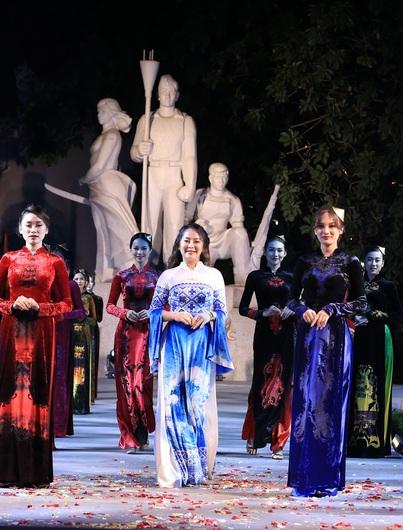NTK Vũ Thảo Giang mang vẻ đẹp di sản Việt lên tà áo dài trong Ngày hội Văn hóa ASEAN