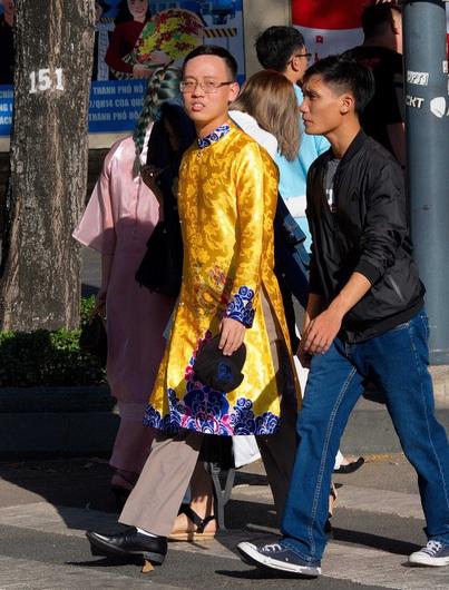 Sài Gòn ngày Tết: Mày râu xúng xính áo dài du xuân
