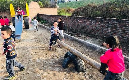 Sân chơi an toàn cho trẻ em từ lốp xe, chai nhựa hạn chế ô nhiễm môi trường