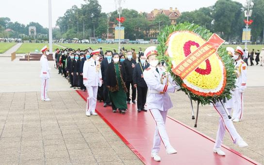 Đại biểu dự Đại hội Đại biểu Toàn quốc các dân tộc thiểu số Việt Nam vào Lăng viếng Bác