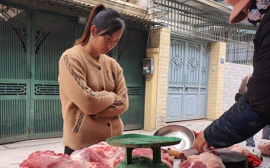 """""""Thịt lợn giảm giá ở đâu không biết, tôi mua vẫn đắt lắm"""""""
