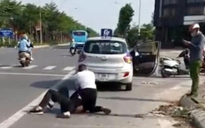 """Hà Nội: Kỷ luật cán bộ công an đứng nhìn tài xế taxi """"bắt"""" tội phạm truy nã"""