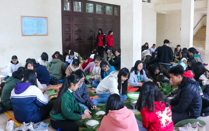 150 học sinh THPT tại Hà Nội gói bánh chưng tặng người nghèo