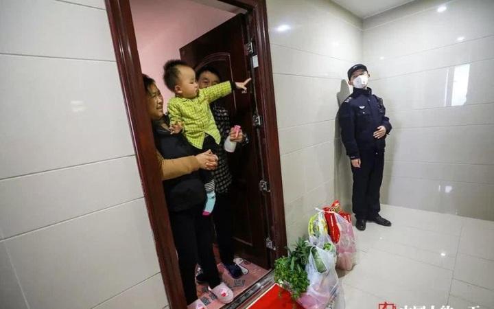 Cảm động cảnh bố trốn con ngoài cửa nhà để tránh lây nhiễm Covid-19
