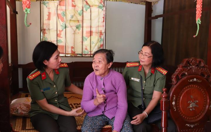 Hội Phụ nữ Công an TPHCM thăm, tặng quà các cụ từng tham gia Đội quân tóc dài